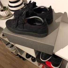 Lækre sko fra GZ. En syning på begge sko er gået op. Kan ses, men ikke noget der har betydning.  Box m.m medfølger.  Np 5k