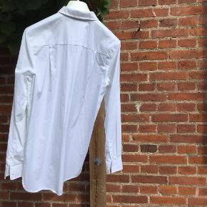 Varetype: Skjorte Farve: Hvid Oprindelig købspris: 2000 kr.  Super lækker enkel hvid skjorte fra Alexander Wang  Skjorten der er i den lækreste bløde 100% bomuld er i str 6, hvilket svarer til ca str 40  Betaling : MobilePay  Forsendelse via DAO forsikret