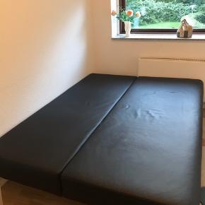 Super praktisk og fin sort læder sovesofa 🛋  Har indbygget skuffe forneden, hvor der er plads til lagner, sengelinned osv.   Mål: B150xL190