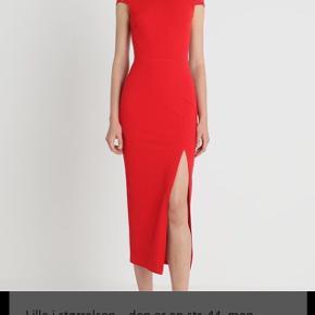 Smuk lang galla julefrokost kjole sælges. Den har bar ryg og slids ved lår.Fik desværre købt den for stor. Den passes af en størrelse 40/42 Hedder oprindelig large.
