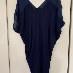 Oversize kjole i str xxs. Der er stræk i stoffet og den sidder pænt til på mig uden at stramme. Bruger normalt en str s/lille medium.   Kan evt afhentes i Kastrup. Se også mine mange andre annoncer med mærkevarer