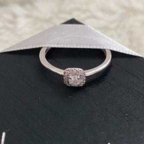 """Smuk """"Jacynthe - bague en or blanch"""" diamant ring fra Paris Vendõme. Den er 9 karet hvidguld med 0.1 & 0,05/16 diamant. Den er for stor til mig, så derfor brugt meget sparsomt. Ringen er i størrelse 54.   Kommer med æske og certifikat.   Ved ts handel betaler køber alle omkostninger.  Kan afhentes I København eller sendes med DAO eller GLS mod betaling.   Der kan ses flere billeder under kommentarer."""