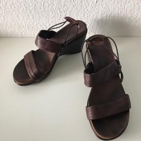 De behageliste sandaler med kilehæl - selvom de er høje, mærkes og føles de som kondisko med støtte i - kostet ca 4000