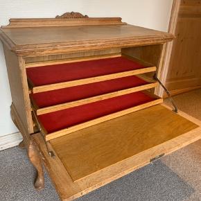 Antik kommode med tre hylder beklædt med rødt filt / meget velholdt - ingen hakker / alm brugsspor / H 75 x L 87 x B 44,5 cm / mål på hylde 69 x 30 cm (mål på det røde filt)