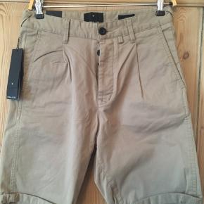 Smarte shorts i str 29 fra Junk de Luxe. Der er knapper som lukning. Nypris er 599 kr sælges for 200 kr. De har aldrig været brugt