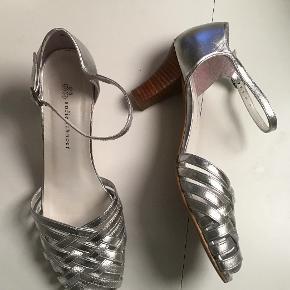 Smukke sølvsandaler. Indvendig sållængde 24 cm. Hælhøjden 6,5 cm.
