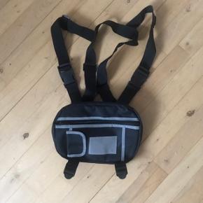 SVNX Crossbody Chestbag Harness Brugt meget få gange, men sælges da jeg ikke har fået brugt den i lang tid Sindssyg fed og kan virkelig sætte prikken over i'et på de fleste outfits!!