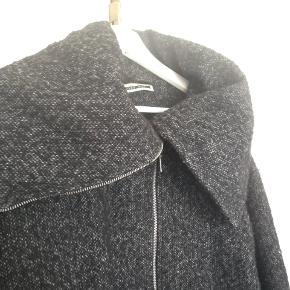 Dejlig overgangfrakke fra Vila i sort uld med stor krave. Brugt en vinter. Se min shop for flere lækre ting. Jeg sælger ud af skabet og giver mængderabat 🌼🌼🌼
