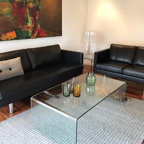 Nielaus sofagruppe - stilrene i udtrykket og meget velholdte.  3+2.