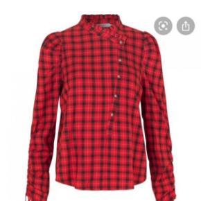 Skjortebluse fra Munthe i smuk rød farve. Fineste lukning foran. Brugt 2-3 gange.