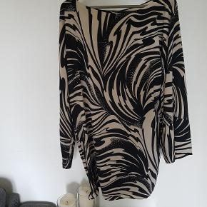 Ekstra nedsat! :D   SUPER eksklusiv kjole med brede ærmer og medfølgende bindefunktion. Brugt 1 gang. Kan hentes i Husum eller sendes mod gebyr. :)