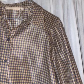 Fin bluse med trekvart ærmer. Kan også fint passes af en 38🌱 Brugt gå gange
