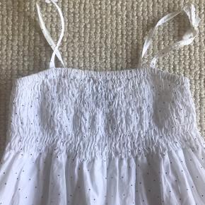 Sød sommerkjole med stropper. Elastik ved brystet, så den giver sig. Der står str 9-10 år / 140 i kjolen men min datter har brugt den 8-9 år. Den passer flere str så fra 7-10 år.