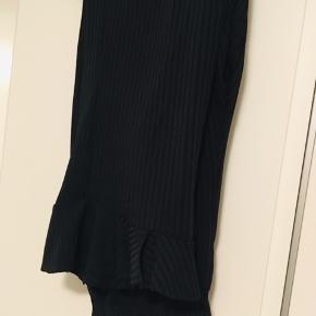 Ingen fejl eller skader  Sælges da jeg ikke får brugt bukserne, har bluse i samme stof.