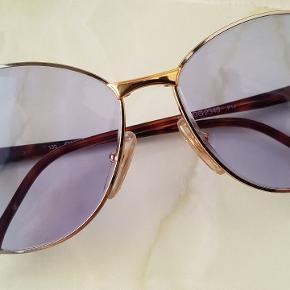Vintage / - inspirerede GUCCI solbriller.  130 GG 2349 P14  Guldfarvet stel med lilla / blålilla glas.   Flot stand! Kan ikke se nogle ridser i glassene.   Købt på marked i England. Har ikke kvittering eller etui. Men er ikke i tvivl om at de er ægte