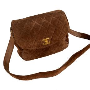 Chanel Vintage taske i ruskind med 24k ægte guld på hardware. Brugt, med let fornemmelse på brug generelt, men fejler intet og i god stand.   Mål: 26x25x8cm.  Fast pris: 8700dkk.  For nærmere info og køb skriv til Info@deedee-tasker.dk