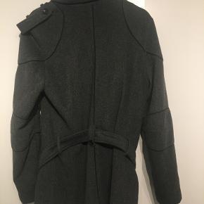 Super lækker uldjakke fra det Australske mærke Saxony. Nærmest ikke brugt, så frakken er stort set så god som ny. Nypris 1200,-