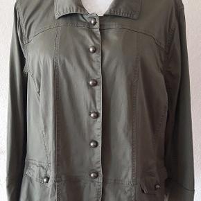 Let jakke/skjorte fra Crizpy. Stor størrelse . Curves model  str. M. Farve grøn. Materiale - Cotton 97% og lycra 3%  Lukkes med pæn metal knapper ,samme  knapper er ved ærmer. Længde - 60 cm Brystvide - 116 cm