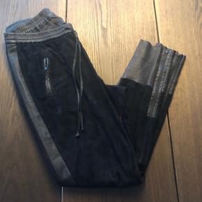 Smukke Utzon bukser - baggy model.  Størrelse 42.   Desværre slitage på indersiden af det ene lår, men dette ses ikke når de er på og kan laves  ved en syerske. Se billede 2.  Sælges pga vægttab.
