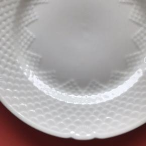 Super smuk tallerken fra Bing og Grøndahl i cremefarvet ✌🏼 se evt. farven tydeligt på sidste billede, hvor den er holdt op imod noget hvidt. Den er 2. sortering. Måler 24 cm i diameter. Passer sammen med f.eks. mågestel i designet. Har en hårrevne, prisen er sat herefter 🎈  Bemærk - afhentes ved Harald Jensens plads eller sendes med dao. Bytter ikke 🌸   💫 tallerken porcelæn Royal Copenhagen b&g kongeligt porcelæn creme cremefarvet beige stel