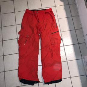 Ski bukser med for  Er brugt en række sæsoner, men stadigvæk i super stand. Har mange gode lommer