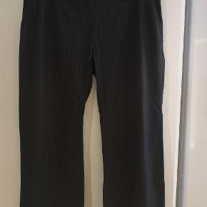 Pæne gråstribede bukser i str 48.  Mål: B: 2x50 cm L: 100 cm