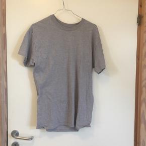 Grå basic T-shirt 🐚  Fra H&M og en str. M - kan passes imellem str. 36-38.  OBS: jeg hverken bytter eller tager tøj retur igen.  Skriv gerne for mere information eller billeder!  Handler med DAO 🐚 Tager også imod seriøse bud. 🌟