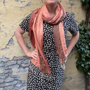 Suuuper lækkert orange tørklæde. Aldrig blevet brugt og har stand som var den ny!