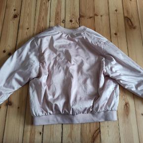 Lyserød / rosa Zara bomber jakke i skinnende stof - str. M.