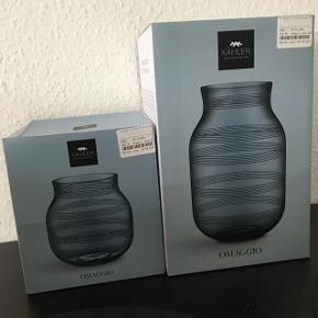 Helt nye Kähler omaggio glas vaser. De er begge mørkegrå. Sælges da jeg ikke nåede at bytte dem. Np for den store; 450kr Np for den mellem; 350kr Samlet nypris: 800kr. Sælges for omk 700kr samlet, ellers byd. Sælges også seperat.