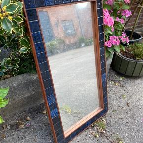 Vægspejl med blå klinker Højde: 95 cm Længde: 52 cm Dybde: 2 cm