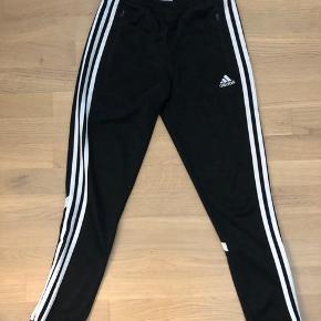 Sorte Adidas bukser til både drenge og piger