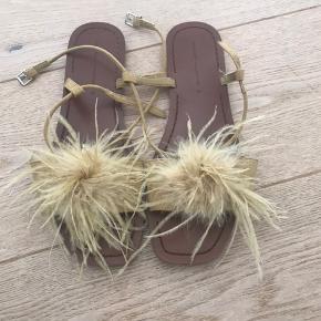 Super fine sandaler med fjer . Brugt en eneste gang .  Tryk på anmod om køb så kommer beløbet med gebyr frem.