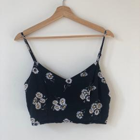 H&M crop top in excellent condition. Super cute and great for upcoming warm weather! Check out my other listings for a bundle discount!