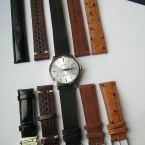 """SARB065 Størrelse: 40mm Farve: Sort/sølv/Lyseblå Oprindelig købspris: 4650 kr. Plus 4 ekstra remme, værdi 800kr, så i alt 5450kr. Sælges nu for kun 4200;+p. Den oprindelige rem er den sorte lak-look. Uret er 100% som nyt, kun brugt en enkelt gang i få timer. Så INGEN brugstegn overhovedet. PERFEKT STAND. MEGET populær dresswatch model fra Seiko med automatiks urværk og display bagtil, så man kan se balancen bevæge sig over 20.000 gange i timen.   Bemærk der er lavet en europæisk/amerikansk udgave af denne model også, dette er det originale, der både er smukkere og har bedre kvalitet urværk. Om uret: Automatisk urværk med gangreserve på 50 timer. Har mulighed for manuel optræk og hacking movement hvor sekundviser går i stå ved kroneudtræk. Diameter:  40 mm (43 mm med kronen). Hardlex glas. Vandtæt 50 meter. Uret kaldes """"cocktail"""" da uret er lavet i samarbejde med en meget berømt bartender i Tokyo. 6R15 urværk."""