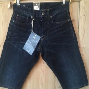 Smarte shorts fra G-Star Raw i str 28. Nypris er 800 kr. Sælges for 100 kr. Der er knapper i lukning.