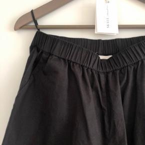 Helt ubrugte lækre bukser I skøn økologisk bomuldspoplin. Elastik i taljen. Meget stor i størrelsen så synes den svarer til en almindelig Small eller lille Medium.