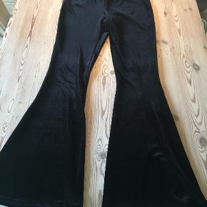 Fede sorte velour tropetbukser fra Ganni i str 40. De er brugt een gang og vasket. Indvendige benlængde er ca 79 cm. Bytter ikke, sælges for 550. Se også mine andre annoncer!!!