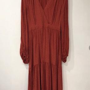 Den meget smukke og populære & other stories Los Angeles Atelier Dress i den fineste røde farve ❤️perfekt til alle slags begivenheder. Sidder så flot!  Str 34 men passes fint af en XS / S / Lille M   ♻️ Prisen er fast og jeg bytter ikke