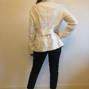 Vert high quality white blazer from MasCara. Bought it in England. Size M.