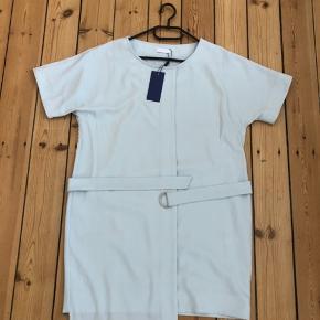 Fin lyseblå kjole med bælte.  Asymmetrisk design.   Forsendelse på købers regning.
