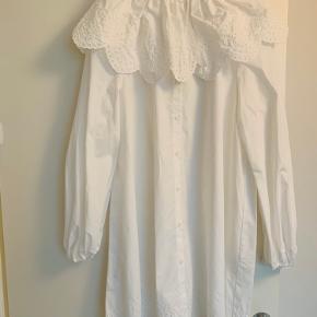 Smuk skjortekjole fra h&m med stor krave. Passer den desværre ikke optimalt, og den sælges derfor. Er helt ny. I butikker nu til fuld pris. Mp 300.