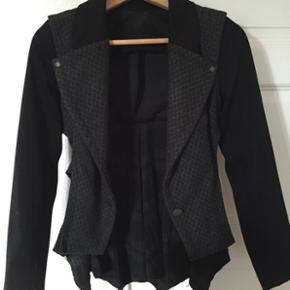 Den lækre og specielle jakketrøje findes der kun den ene af i DK..  Sælges kun fordi jeg har alt for meget tøj.. Den er kun brugt en enkelt gang, i nogle timer..  Udsalgsprisen var kr. 1.898   Jeg sælger den for kr. 850,00