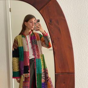 Skønneste jakke fra A Sarees Story lavet af genbrugte indiske silke sarier. Jakken er brugt 3-4 gange og i den fineste stand. Har to lommer. Jakken svarer til en L, men kan sagtens også passes af S-M for et mere oversized fit.  Mindstepris 600 kr.   Kan afhentes på Frederiksberg - ellers betaler køber porto :)