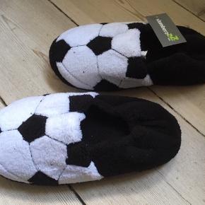 Slumberz fodbold-sutsko / hjemmesko i stof med elastisk hæl. Helt nye og med mærkat! Se også mine andre annoncer; alt er i fin stand.