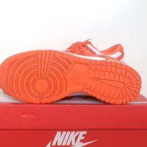 Sælger dette par:  Nike Dunk Low Syracuse.🍊  Str: EU 37,5 / US 5  De er brugt 1 gang!🤩  Der ingen brugspor, de fremstår nye.✌🏽  Dog er der et lille hak i det orange  snørebånd, og en lille flænge i plastikhætten, sådan var det da de blev modtaget☺️  Der følger et par ekstra hvide sæt snørebånd fra Nike med, og kassen gør også!😊    Køb nu er 2200,-😄  Bud modtages***✌🏽  De koster 4,500 på UnlimitedCPH, så slå til, før det er forsent😎  Skriv hvis du har spørgsmål, så vil jeg svare😄   Et af årets sommersko, sammen med Air Jordan 1