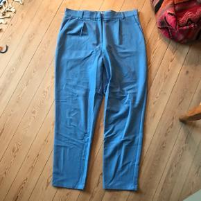 Super fede lyseblå bukser fra Pieces i str. XL 🦋 jeg bruger dog str. M/L, og de fitter mig oversize. Bindebånd medfølger, selvom det ikke er på billederne 💕 sidste billede er samme model i sort, for at vise pasformen. Aldrig brugt, kun vasket!   Bemærk - afhentes ved Harald Jensens plads eller sendes med dao. Bytter ikke 🤎  🌙  Loose fit løse oversize bukser højtaljet højtaljede blå lyseblå