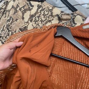 Sælger denne flotte, detaljeret kjole fra asos. Den er brugt en enkel gang, nytårsaften.  Der er en lille fedtplet inde i kjolen, men det kan ikke ses.  238kr. Inklusiv fragt.