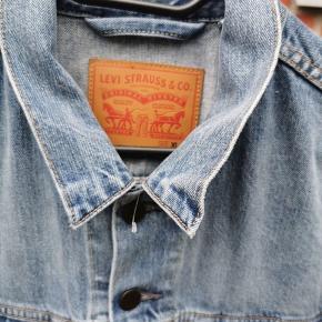 Helt ny levis denim jakke Str XL Cond 10/10 ubrugt Pris 450kr FAST PRIS  Nypris1400kr   Kan sendes med track&trace, eller hentes i Aarhus      Tags: Stone Island, moncler, Nike, Adidas, off White, Calvin Klein, Lee, jeans,