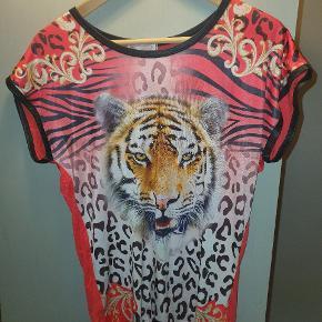 Super lækker tiger bluse med nitter er pæn i stand og brugt meget lidt og i flotte farver Dog lidt krøllet som ses på billedet men fejler ingenting    St M